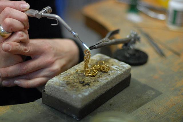 Ein Armband entsteht aus purem Feingold